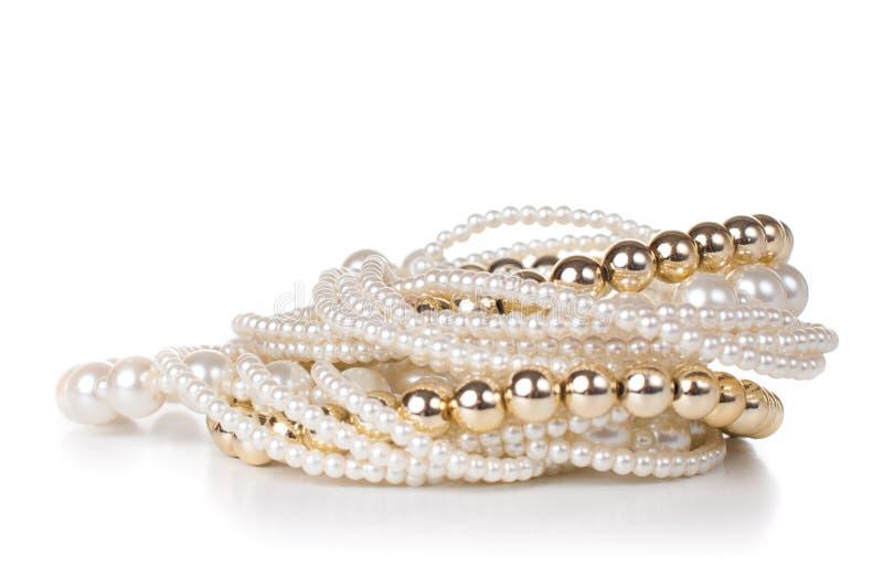 Smycken som göras av guld- och vitpärlor royaltyfri bild