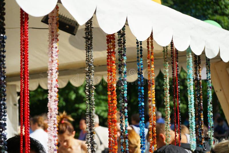 Smycken som göras av naturliga stenar i en gata, shoppar royaltyfri fotografi