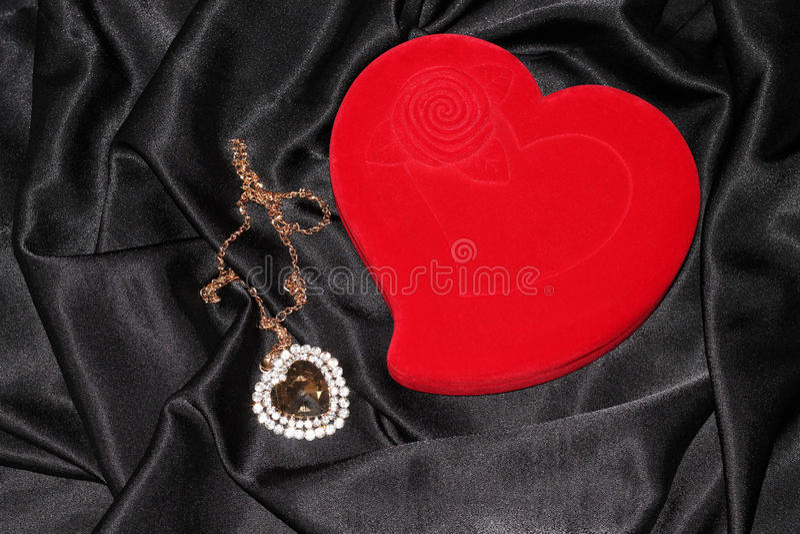 Smyckenask i form av hjärta royaltyfri bild