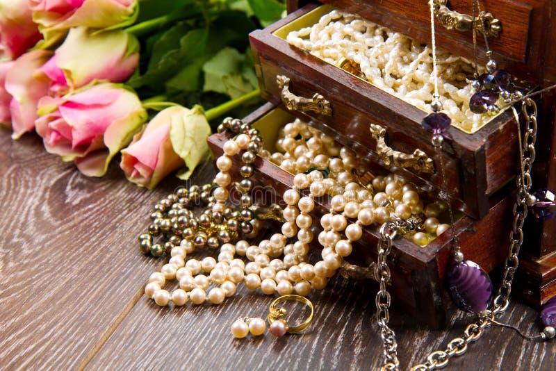 Smyckenask med smycken med rosa rosor royaltyfri foto