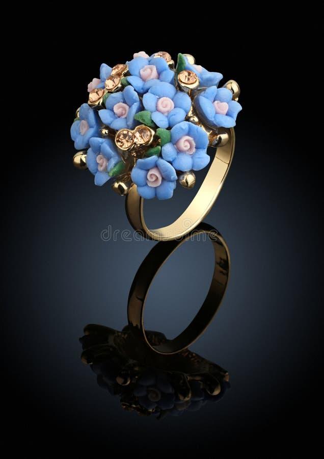 Smyckencirkel i form av blomman på svart bakgrund arkivbilder