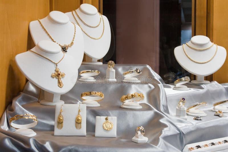 Smyckendiamantcirklar och halsband visar i lyxig skärm för detaljistfönster ställer ut royaltyfri foto