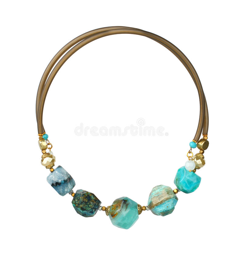 Smyckenhalsband med naturliga ädelstenar som isoleras på vit, royaltyfria foton