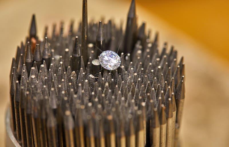 Smyckenproduktion Diamanten rymms med pincett mot bakgrunden fotografering för bildbyråer