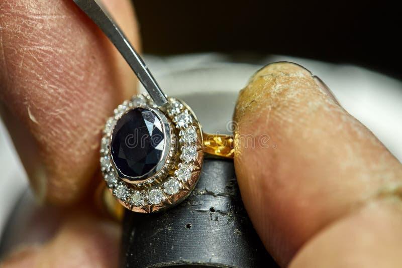 Smyckenproduktion Processen av fixandestenar royaltyfri foto