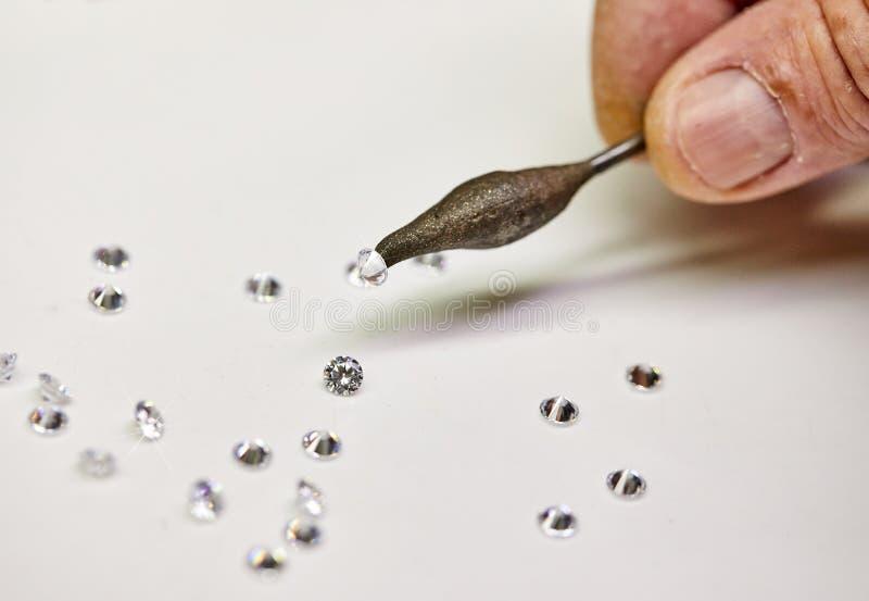 Smyckenproduktion Speciala vaxsetterdiamanter p? en vit bakgrund royaltyfri foto