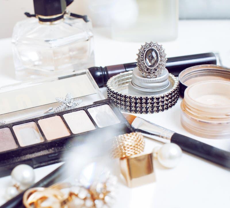 Smyckentabell med lotten av flickamaterial på den, liten röra i kosmetiska borstar, inre begrepp arkivfoton
