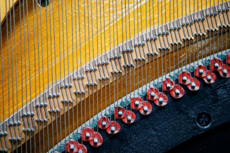 Smyczkowy napięcie mechanizm w starym retro pianinie rozsądna technologia głębokość pola płytki zdjęcie stock