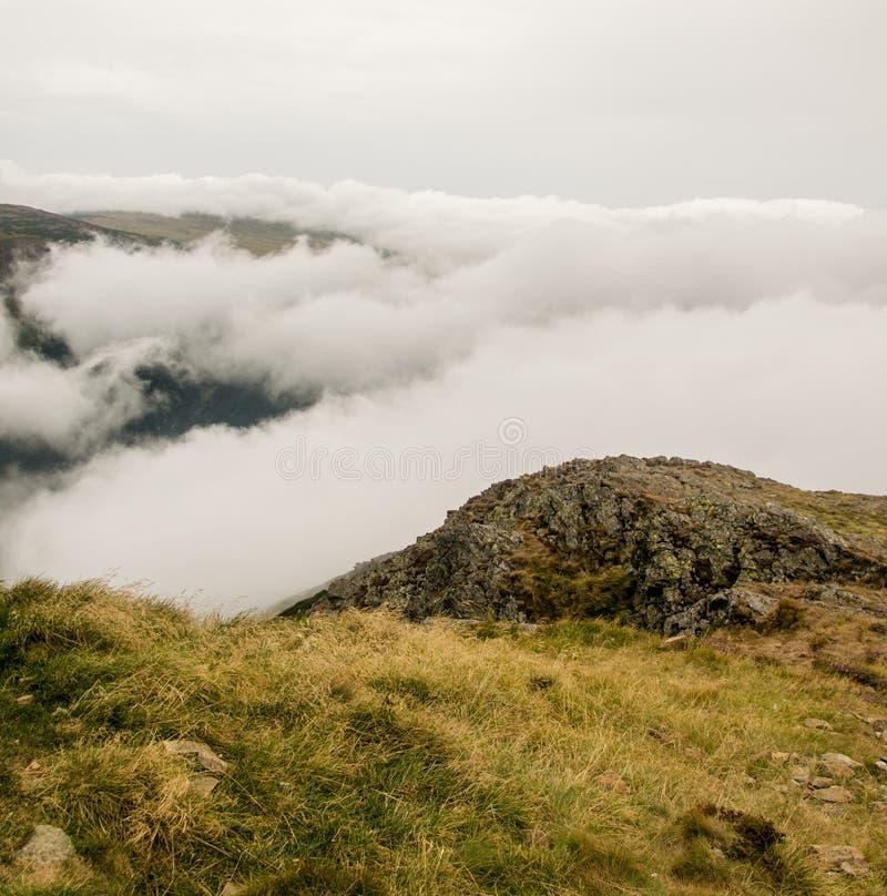 SnÄžka - Bekijk de troebele bergen royalty-vrije stock afbeeldingen