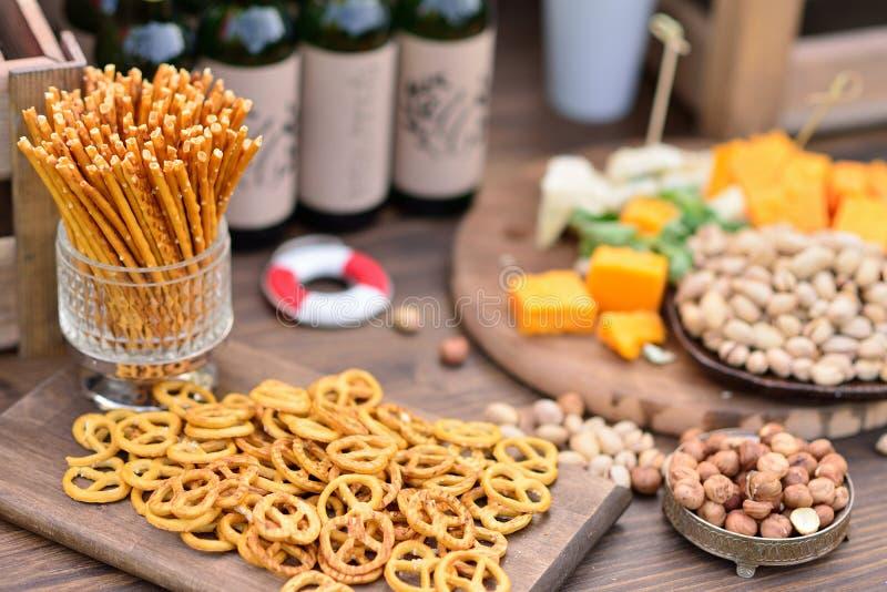 Snäcke, Bier und Käse, Nüsse lizenzfreie stockfotografie