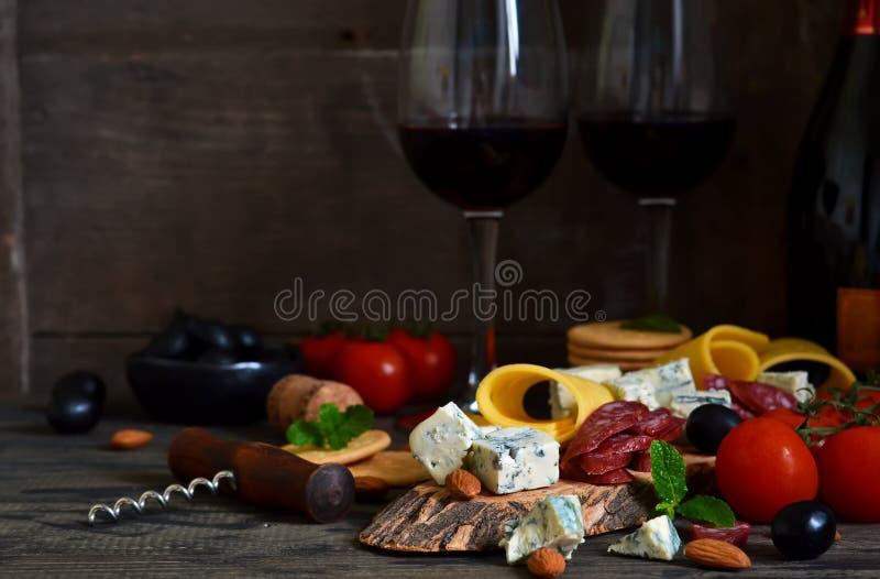 Snäcke für Wein: Blauschimmelkäse, Oliven, Salami zartheit lizenzfreie stockfotos