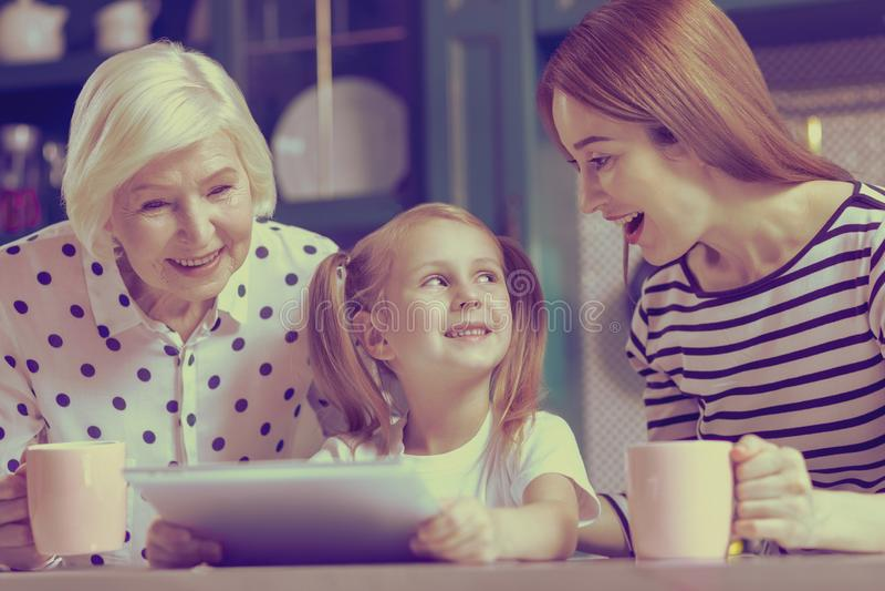 Snäll blond flicka som ser hennes mamma arkivbilder
