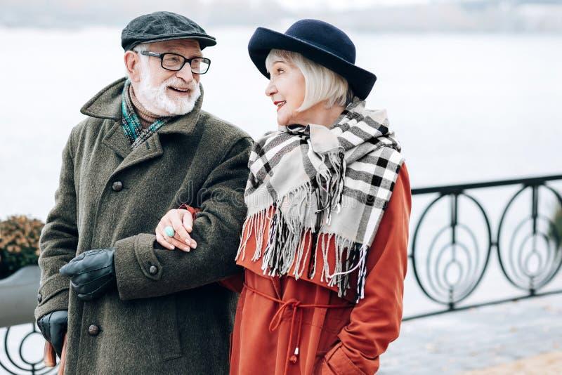 Snäll blond kvinna som lyssnar till hennes partner arkivbilder