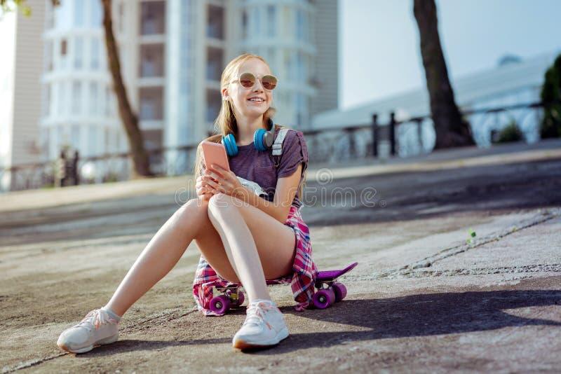 Snäll liten kvinnlig som tycker om hennes sommarferier royaltyfria foton