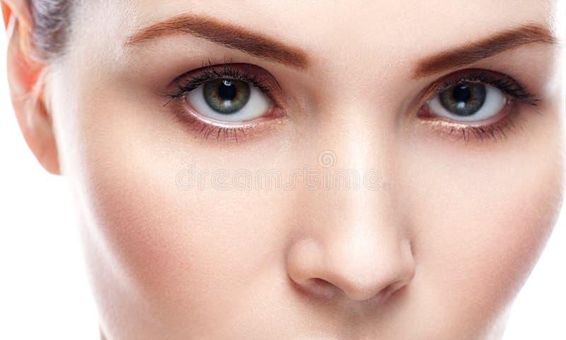 Snärtar för ögon för ögonkvinnaögonbryn royaltyfria foton