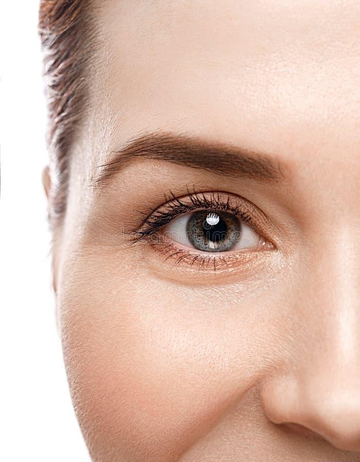 Snärtar för ögon för ögonkvinnaögonbryn arkivfoto