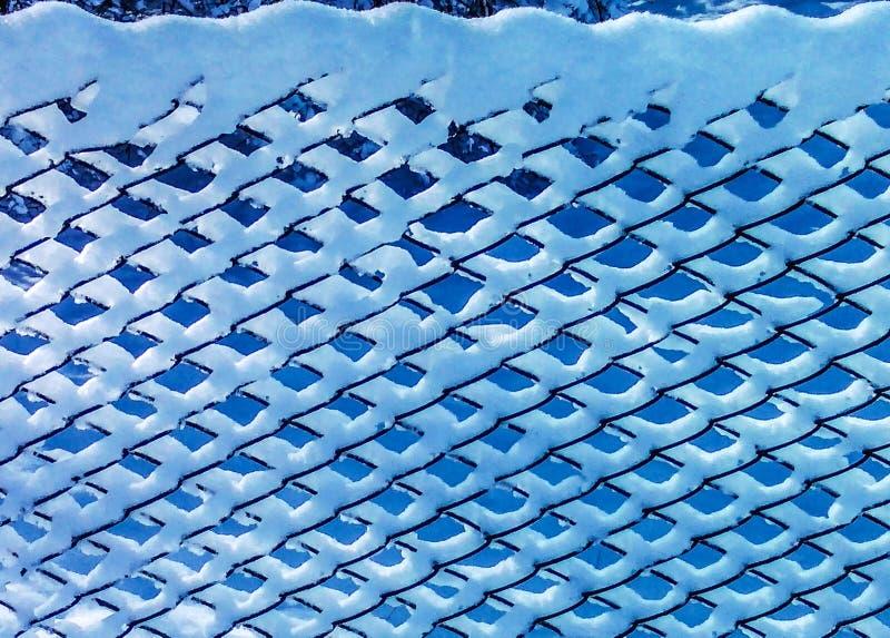 Snö-destinerat metalliskt skydd i solig dag för vinter royaltyfria bilder