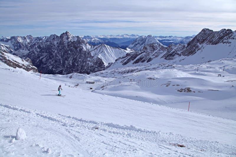 Snö för det Zugspitze fjällängberget skidar garmisch Tyskland för landskapet för blå himmel för vintern fotografering för bildbyråer