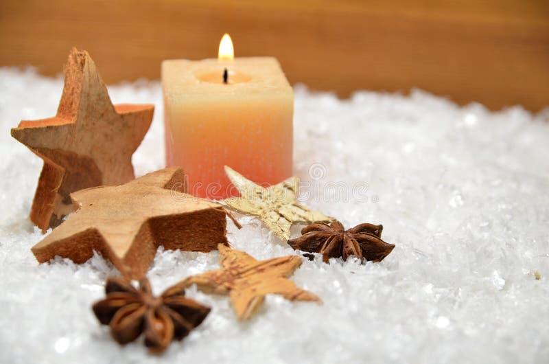 Snö för julträstjärnastearinljus royaltyfri fotografi