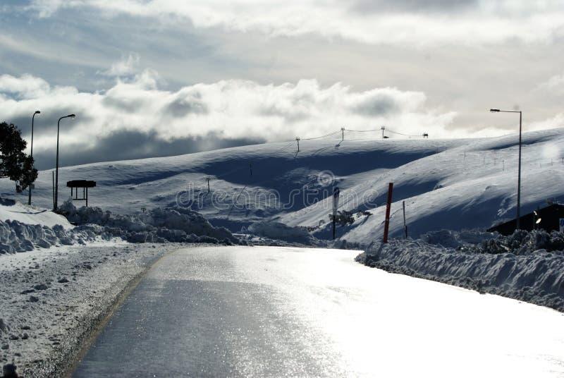 Snö fördunklar i kullarna arkivbilder