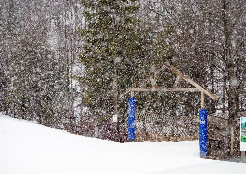 Snö faller tidigt i säsongen på skidar kullen arkivbilder