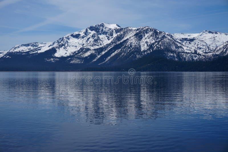 Snö-korkade berg av Lake Tahoe fotografering för bildbyråer