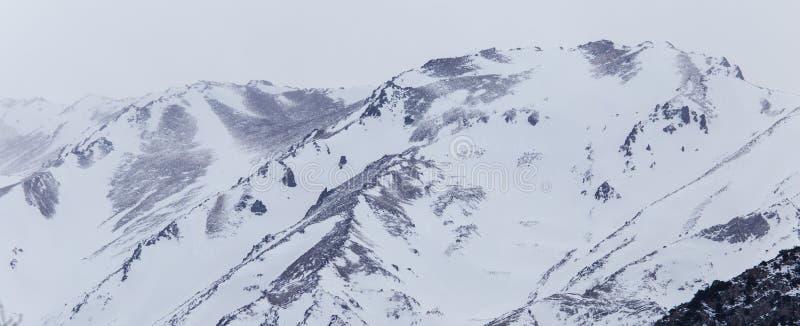 Snö-korkade berg av Tian Shan i vinter arkivbilder