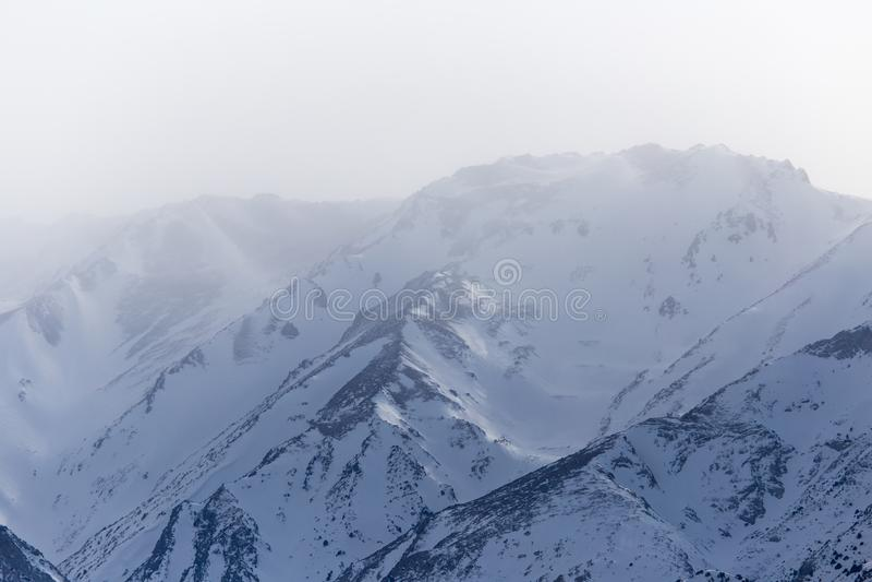 Snö-korkade berg av Tien Shan i vintern kazakhstan arkivfoto