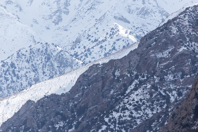 Snö-korkade berg av Tien Shan i vintern kazakhstan arkivfoton