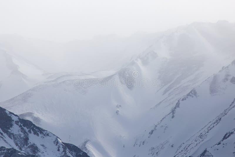 Snö-korkade berg av Tien Shan i vintern kazakhstan fotografering för bildbyråer