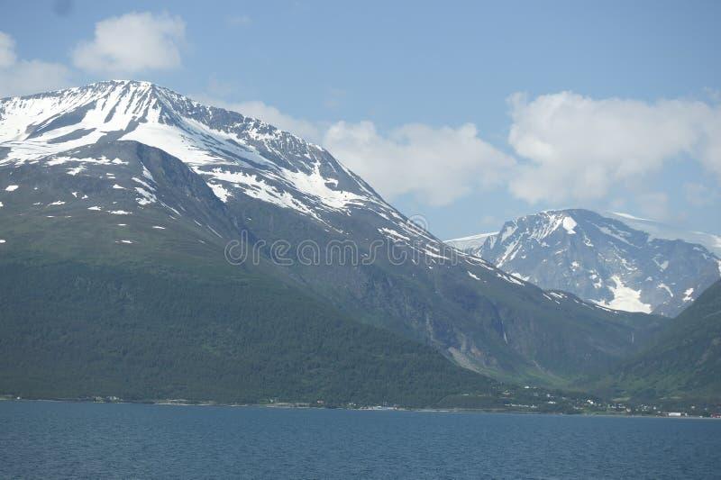 Snö-korkade berg i Norge royaltyfri fotografi