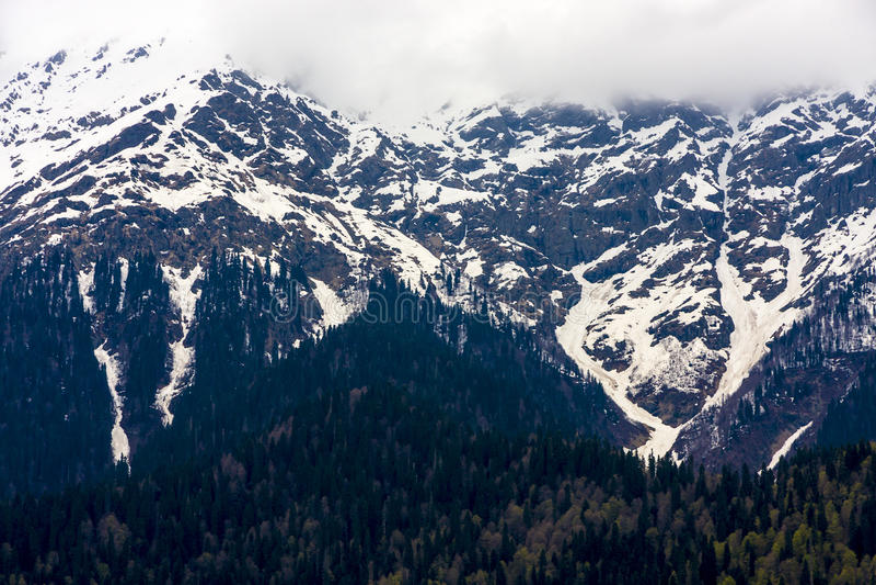 Snö-korkade berg nära Ritsa sjön, Abchazien arkivbilder