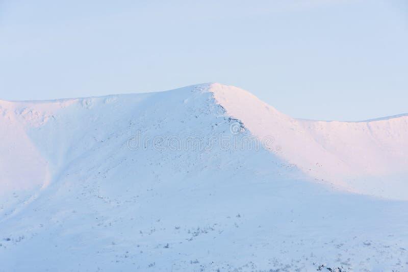 Snö-korkade berg på gryning i Kirovsk, Ryssland arkivfoton