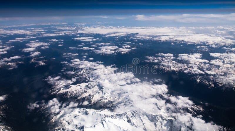 Snö-korkade maxima för fjällängar arkivfoto