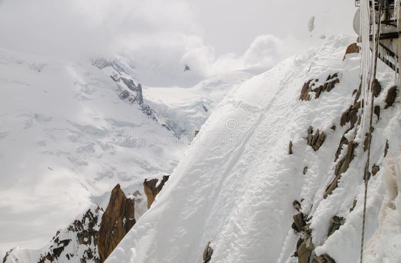 Snö och istappar på de franska fjällängbergen Mont Blanc massiv, Aiguille du Midi Chamonix royaltyfria foton