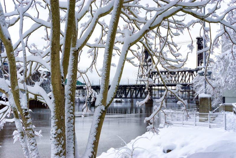 Snö- och stålbro arkivfoton