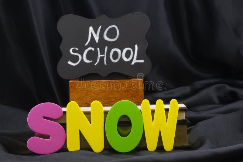 SNÖ orsakar en snödag med ett INGET SKOLAväderbokslut royaltyfria foton