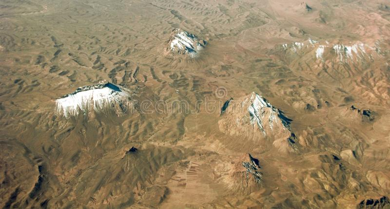 Snö på bergmaxima, flyg- sikt arkivfoton