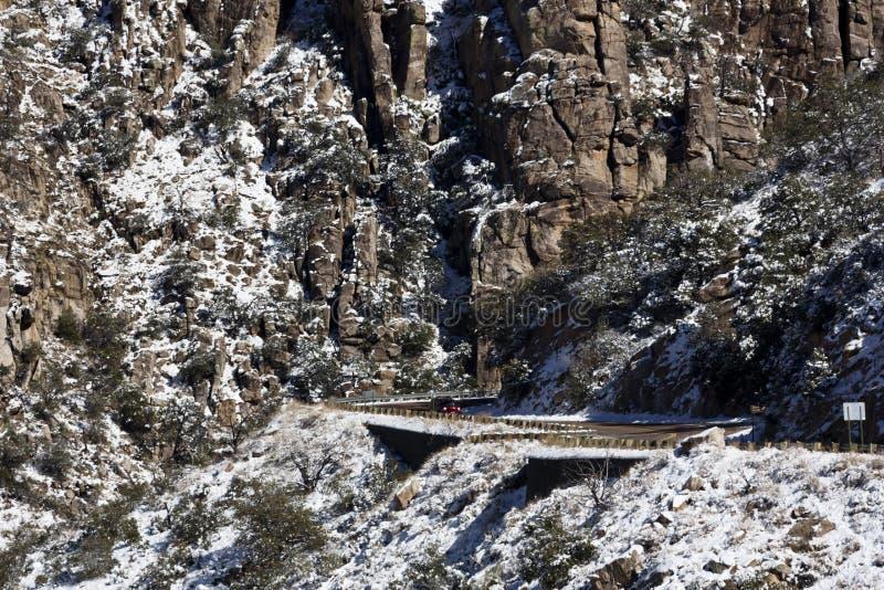 Snö på bergvägen för Mt Lemmon royaltyfria foton