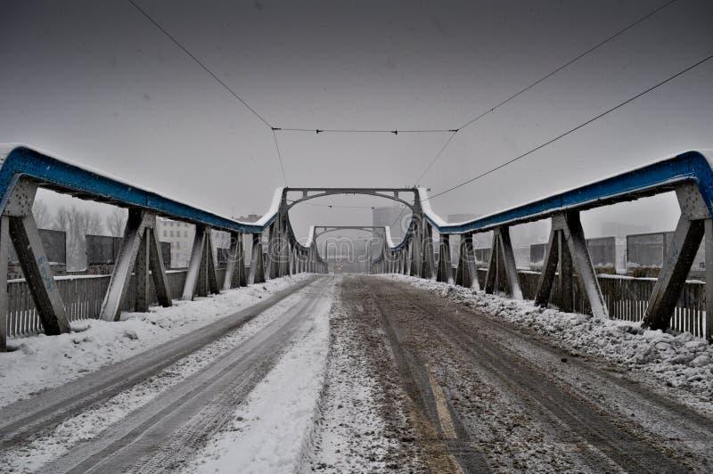 Snö på bron fotografering för bildbyråer