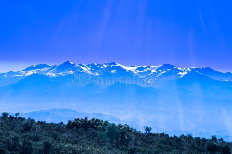 Snö på de vita bergen av Kreta royaltyfri fotografi