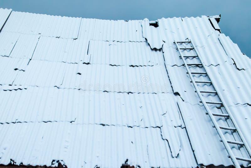 Snö på taket av ett hus arkivfoton