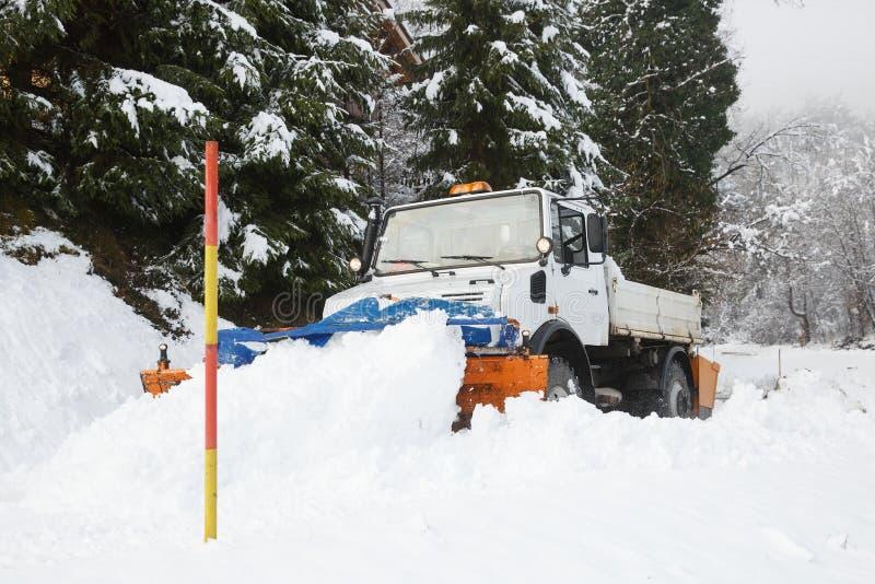 Snö plöjer framställning av dess väg till och med snön fotografering för bildbyråer