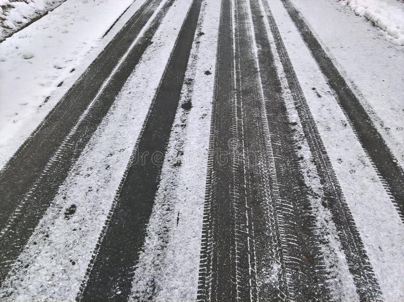 Snö pudrad väg royaltyfri fotografi