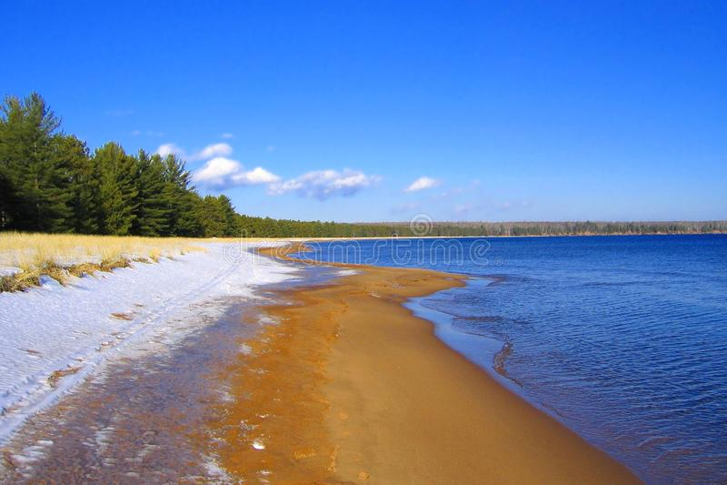 Snö, sand och vatten, stor fjärddelstatspark, Madeline Island, apostelöar, Wisconsin royaltyfri bild