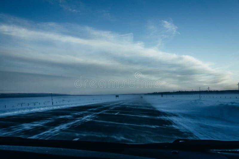 Snö som driver vägen, huvudväg 20, ön parkerar, Idaho royaltyfria foton
