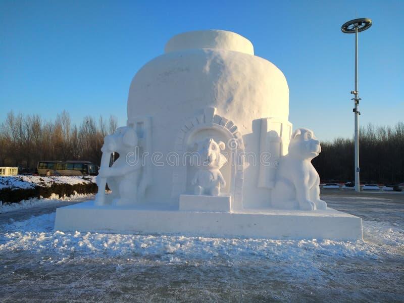 Snö som snider byggande kallt solsken i vinter arkivbilder