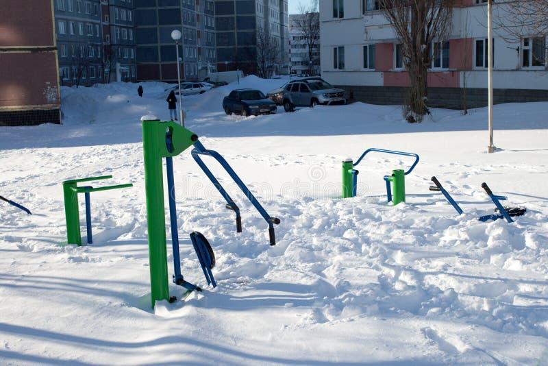 Snö-täckt barn och sportjordning i Ryssland Fattig lokalvård av snö Overksamhet av offentlig service royaltyfri bild