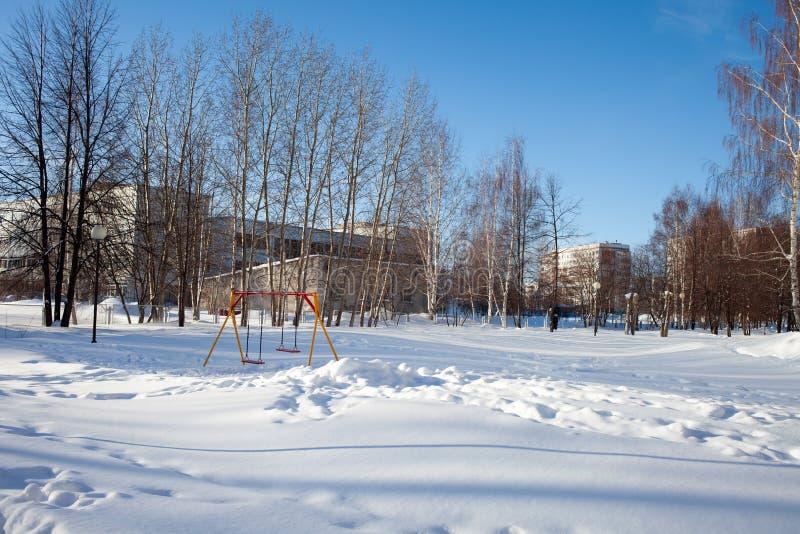 Snö-täckt barn och sportjordning i Ryssland Fattig lokalvård av snö Overksamhet av offentlig service arkivfoton