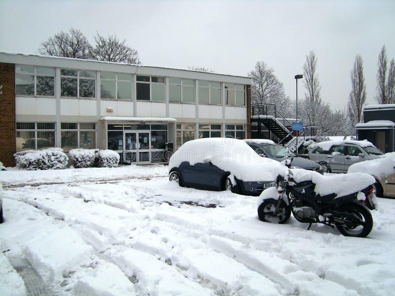 Snö täckt bilar och cykel royaltyfri foto